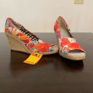 NWT Floral Toms Wedges Size 6